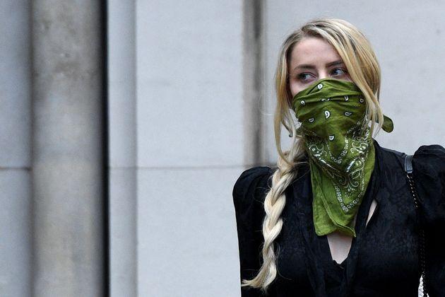 Amber Heard deixa o tribunal em Londres, Inglaterra, em 10 de julho de 2020, utilizando uma bandana como...