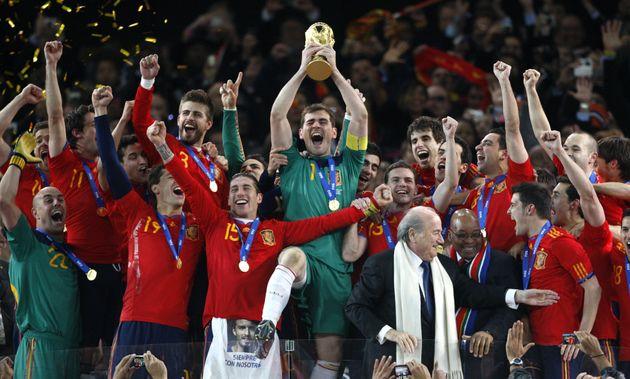 Casillas levanta la Copa del Mundo en