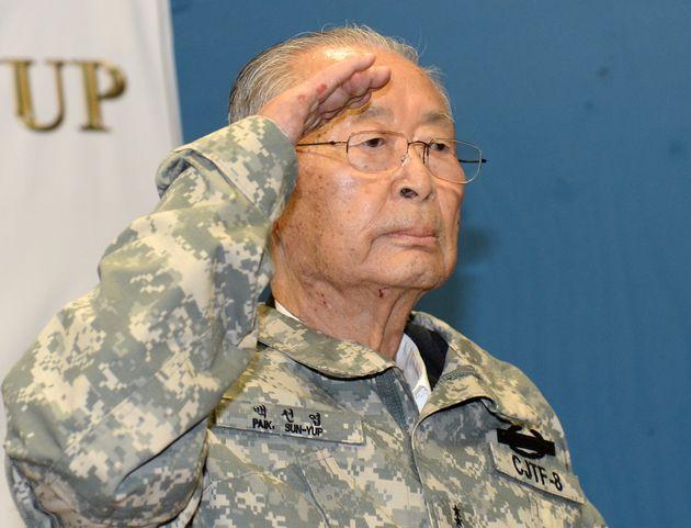 백선엽 예비역 대장이 2013년 8월 29일 오전 경기 파주 판문점 인근 미8군 사령부 산하 뉴멕시코 사격장에서 거수경례하고