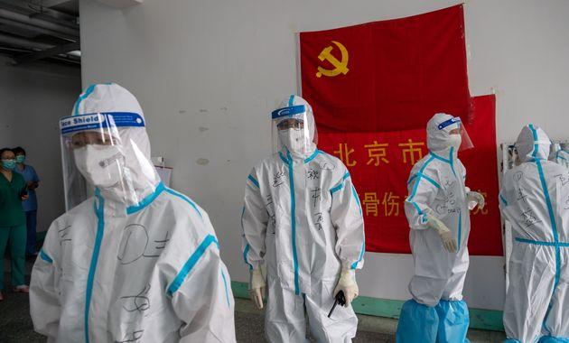 Des experts de l'OMS arrivent en Chine, que viennent-ils chercher? (photo: des médecins dans un...