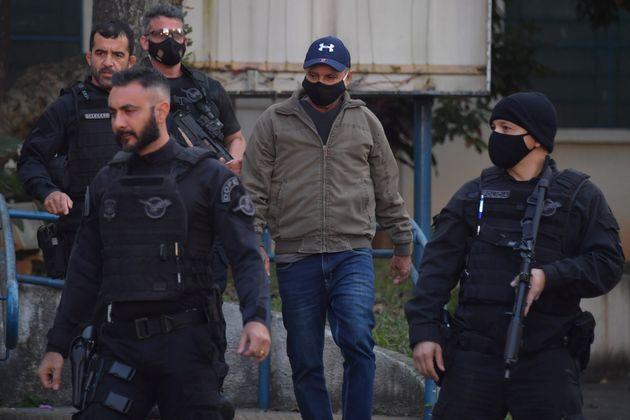 Fabrício Queiroz (centro) quando foi preso em Atibaia, na casa de advogado da família