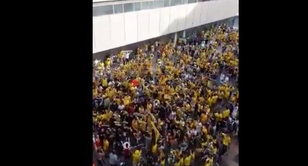 Aficionados del Cádiz junto al Ramón de Carranza antes del partido ante el