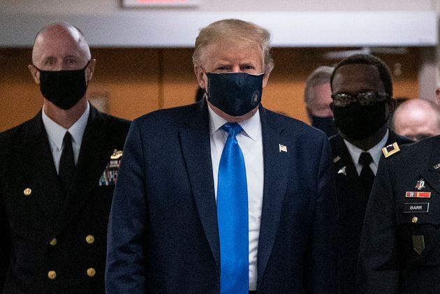 Donald Trump porte enfin un masque en public, une première depuis le début de