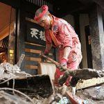 「悲しんでいる人がいる」スーパーボランティアが被災地に、旅館で泥のかきだし