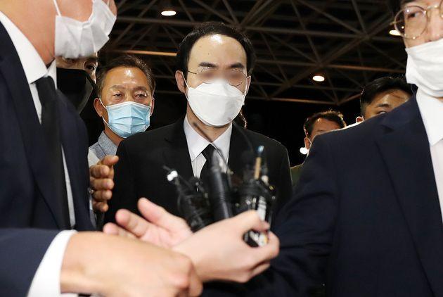 박원순 서울시장 빈소로 들어가고 있는 박주신씨. 2020. 7.