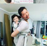 '늦깎이 아빠의 육아' 유재명이 아들을 처음 공개했다 (사진