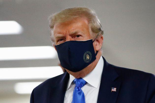 Trump si arrende e indossa (per la prima volta) la mascherin