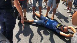 Proteste ad Amantea per l'arrivo dei migranti positivi al Covid. Cittadini si sdraiano sulla