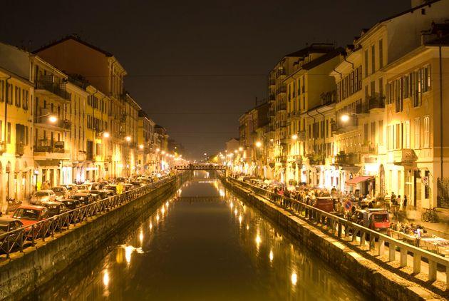 A Milano hanno buttato nel naviglio un venditore di rose del Bangladesh, senza motivo