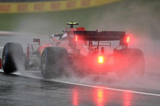 Scontro tra Ferrari in Formula 1: Leclerc tenta il sorprasso
