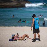 Brasil ultrapassa 72 mil mortes por covid-19 enquanto dezenas de pessoas vão à praia sem