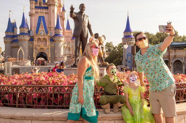 부분적으로 운영을 재개한 디즈니월드리조트에서 관광객들이 기념사진을 찍고 있다. 올랜도, 플로리다주, 미국. 2020년