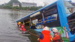 """受験生乗せたバスが貯水池へ転落、21人死亡...実態は運転手の「計画的な自殺」か。""""道連れ""""に広がる怒り"""