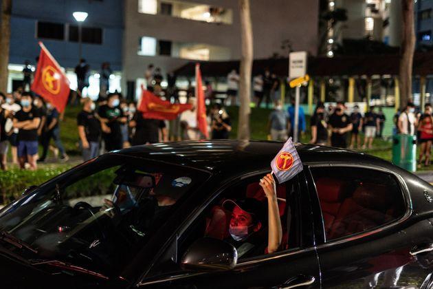 싱가포르 총선 출구조사 결과에 환호하는 노동자당 지지자들. 노동당은 전체 93석 중 역대 최다인 10석을 차지했다. 2020년