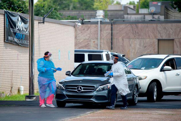 (자료사진) 의료진들이 코로나19 검사를 진행하고 있다. 휴스턴, 텍사스주. 2020년