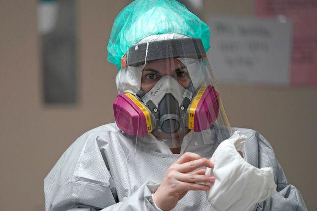 (자료사진) 텍사스주 휴스턴의 한 병원에서 코로나19 환자들을 담당하고 있는 간호사. 2020년