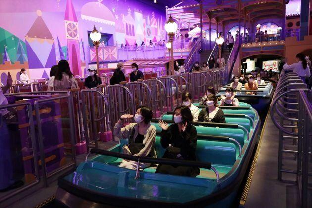 東京ディズニーランドの『イッツ・ア・スモール・ワールド』。座席の間隔をあけたうえで来園者を案内し乗船させている