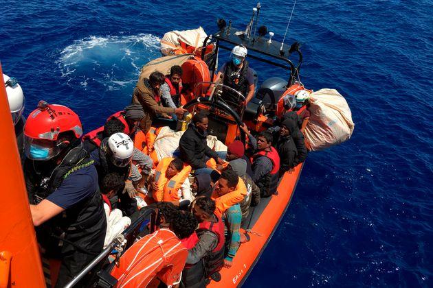 Navi e caserme per la quarantena dei migranti. Aut aut della
