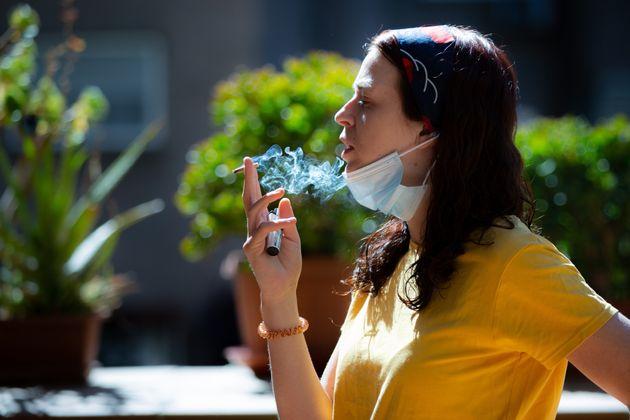 Una mujer fumando en Madrid durante la