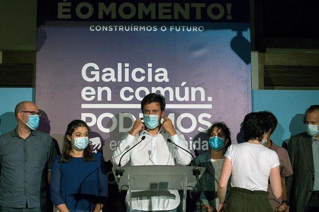 El candidato de Galicia en Común, Antón Gómez Reino (c), junto a otros miembros de la formación, tras...