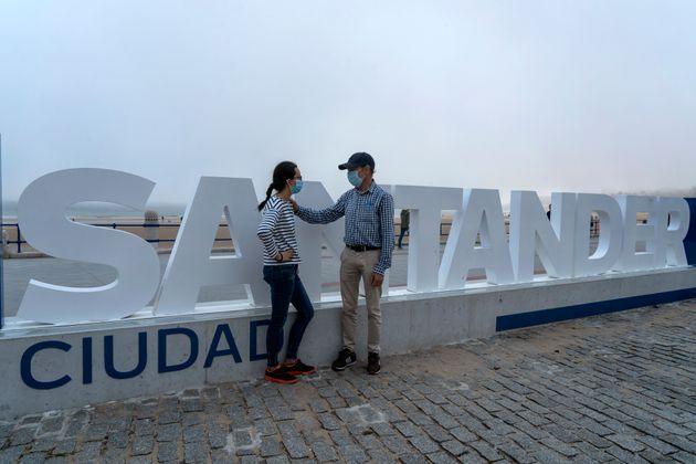 Una pareja con mascarilla en Santander el 25 de mayo de 2020 (Joaquin Gomez Sastre/NurPhoto via Getty