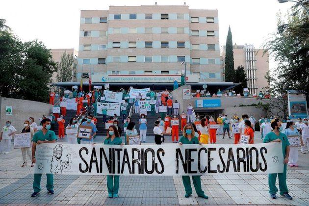 Miembros del personal sanitario del Hospital Gregorio Marañón durante una concentración en el exterior...
