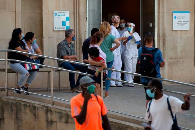 Dos enfermeras comprueban la lista de pacientes en el CAP Prat de la Riba de Lleida, donde se centraliza...