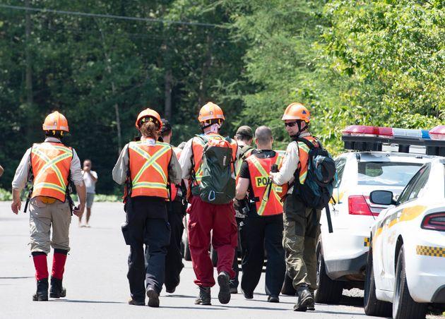 Des policiers et des bénévoles participent aux recherches pour retrouver Martin Carpentier,...