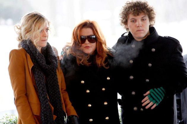 Lisa Marie Presley (centro), com seus filhos Riley e Benjamin Keough, participa da comemoração...