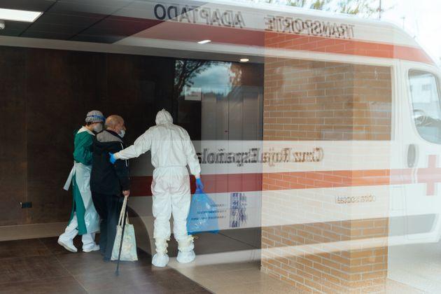 Voluntarios de Cruz Roja ayudan a un paciente con covid-19 en Zaragoza el 28 de abril de 2020 (Alvaro...