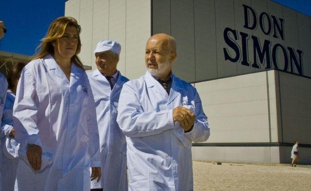 La entonces presidenta de Andalucía, Susana Díaz, con el empresario José García Carrión, en una visita...