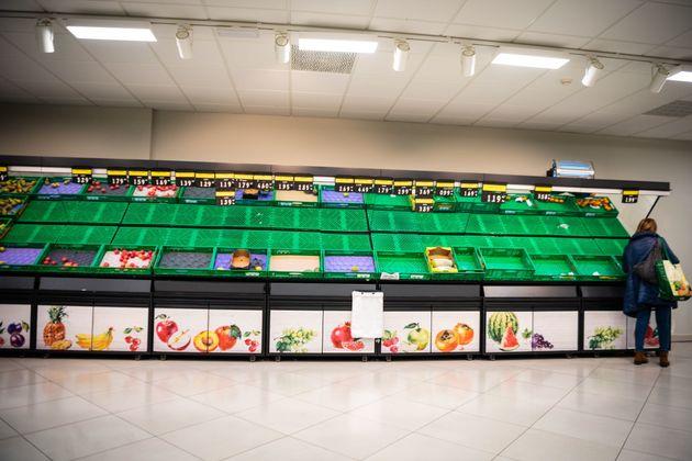 Un supermercado desabastecido en Barcelona durante los primeros días del