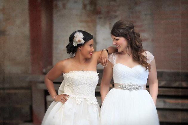 Megan, à esquerda, e Katie no dia do casamento, em julho de
