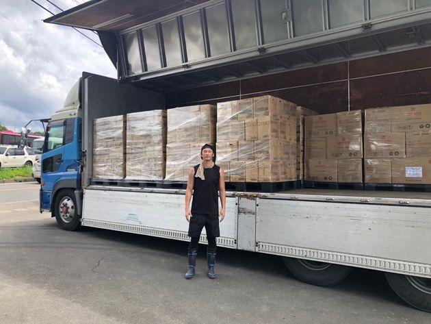 豪雨被害で被災地に集めた物資を届ける巻さん