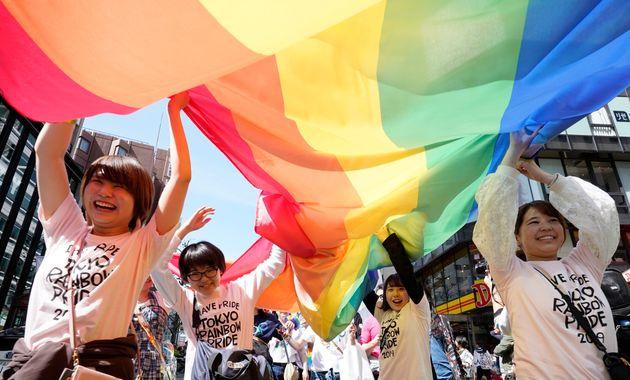 「東京レインボープライド」で東京・渋谷の街をパレードする人たち。多様な性への理解を呼びかけるパレードの動きは全国に広がっている(2019年4月)