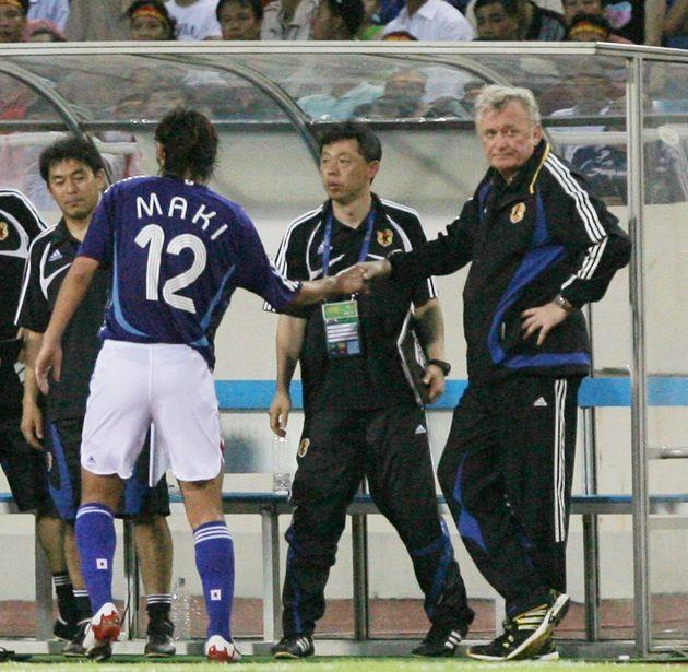 アジア杯1次リーグで、2得点した巻誠一郎選手と、ねぎらう日本代表のイビチャ・オシム監督(当時)撮影日:2007年07月16日