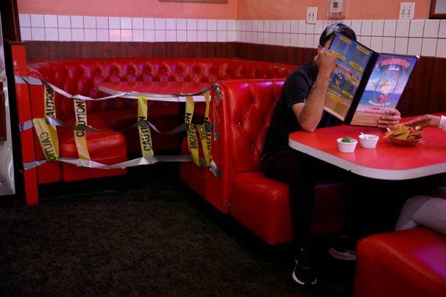 (자료사진) 미국 캘리포니아주가 코로나19 확진자 급증에 대응해 봉쇄조치를 다시 도입하기로 했다. 사진은 부분적으로 영업이 재개된 한 식당의 모습. 로스앤젤레스, 캘리포니아주. 2020년