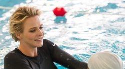 Charlene di Monaco ritrova il suo sorriso più bello: in piscina insegna a nuotare a un