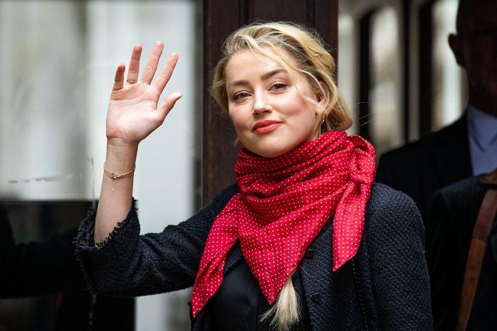 Η Αμπερ Χερτ προσέρχεται στο Ανώτατο Δικαστήριο του Λονδίνου όπου εκδικάζεται η πολύκροτη υπόθεση της αγωγής του κατά της εφημερίδας Sun.