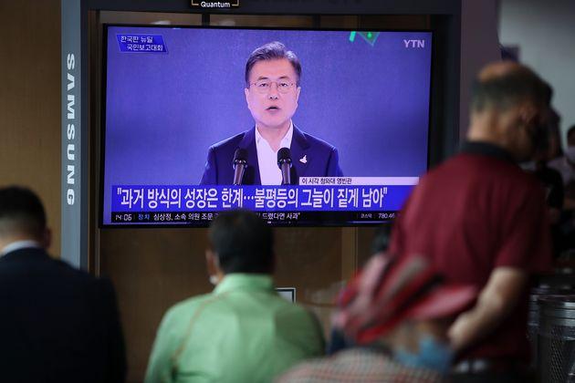 14일 오후 서울 용산구 서울역 대합실에서 시민들이 문재인 대통령의 한국판 뉴딜 국민보고대회 생방송을 시청하고