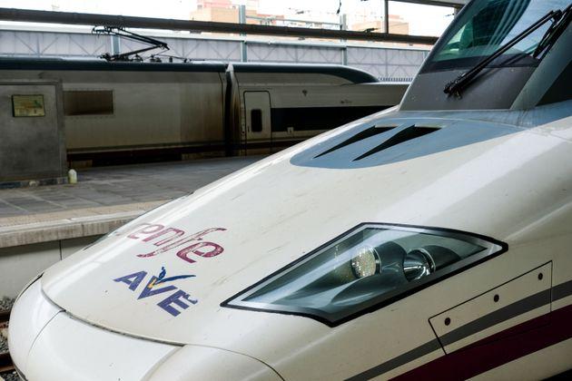 Un tren AVE de Renfe en la estación de Madrid
