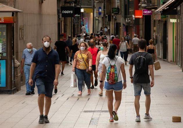 Varias personas caminan por el centro comercial e histórico de Lleida este lunes 13 de