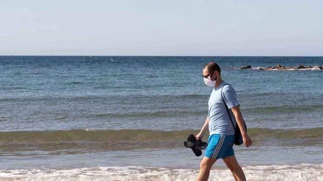 Un hombre pasea en la playa con