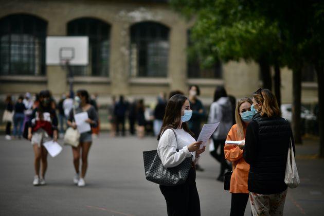Des élèves dans la cour du lycée Jean-de-La-Fontaine, dans le 16e arrondissement...