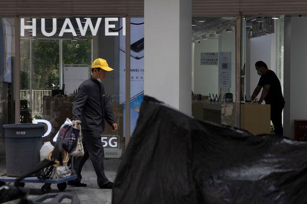 Η Βρετανία αποκλείει την Huawei από το δίκτυο