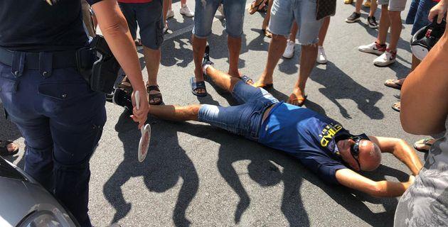 Protesta sulla statale SS 18 ad Amantea (Cosenza)per l'arrivo di 13 migranti positivi al Covid 19, sbarcati...