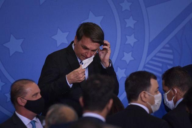 Jair Bolsonaro faz uso incorreto da máscara de proteção facial em evento realizado...