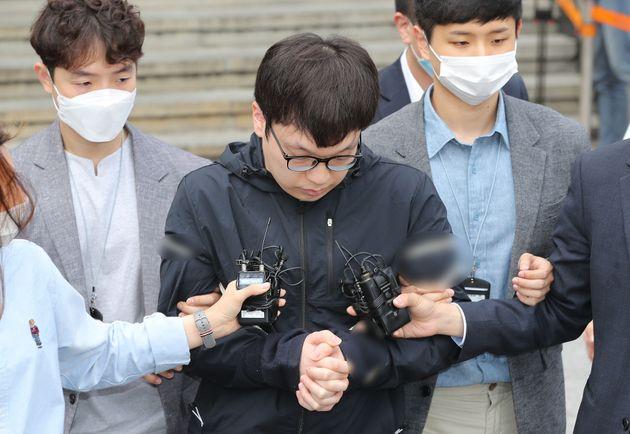 조주빈(25)의 공범인 남경읍(29)이 15일 오전 서울 종로경찰서에서 검찰로 송치되고