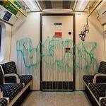バンクシーの新作はロンドン地下鉄の乗客の前で堂々と描かれた。どんな作品なのか?【専門家が読み解く】