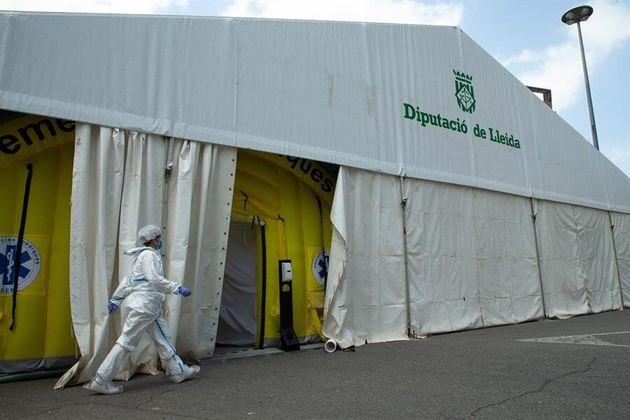 Una sanitaria se dispone a entrar en la carpa provisional que amplía la capacidad del CAP Prat de la...